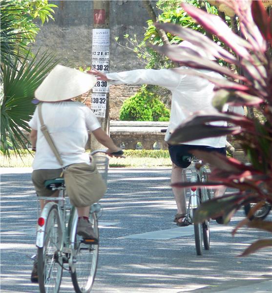 Tourists travel around with Non La