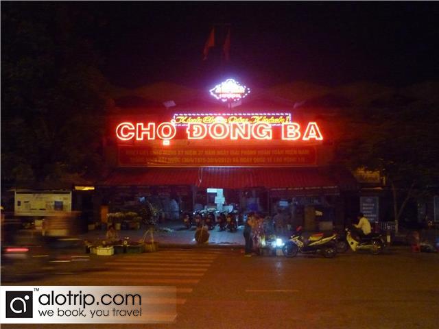 dong ba market at night