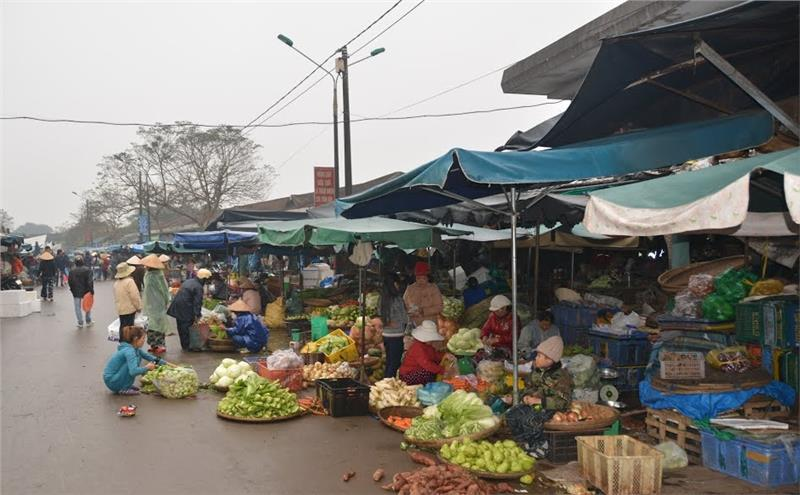 Trading at Dong Ba Market