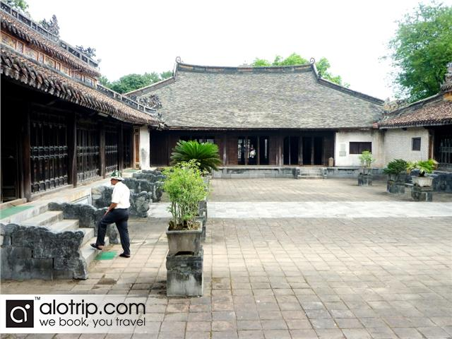 people visit emperor Tu Duc tomb