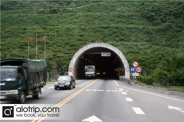 traffic in hai van tunnel