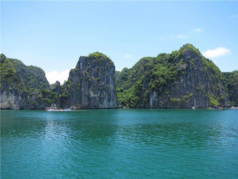 Indochina tours to explore Lan Ha bay in Vietnam