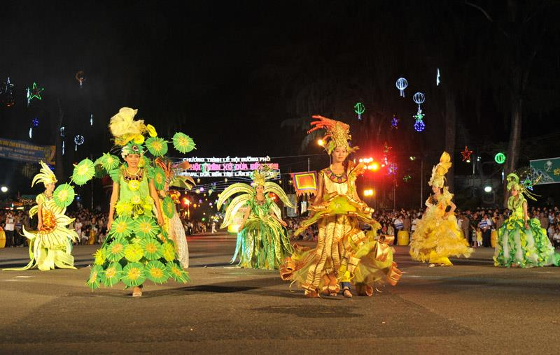 Parade during Ben Tre Coconut Festival 2012