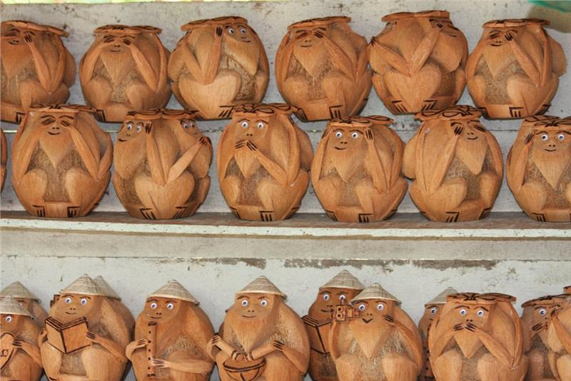 Souvenirs from coconut shell in Con Phung Island