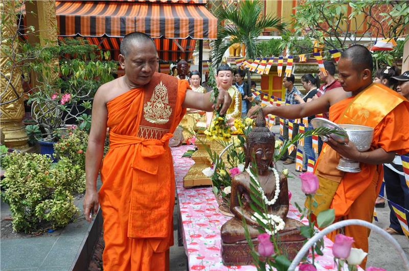 Offering activity in Chol Chnam Thmay Festival