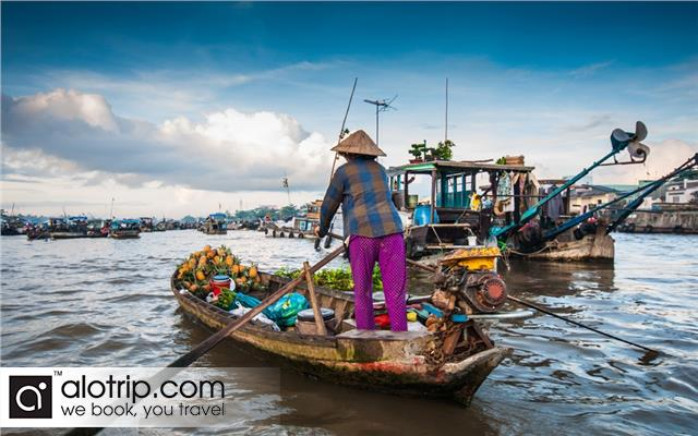 Visiting Cai Be Floating Market in Mekong Delta