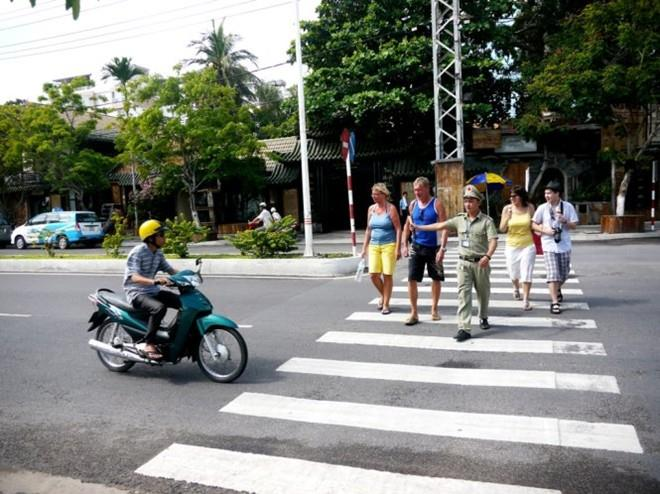 Travel Nha Trang, tourists will be helped to cross the road