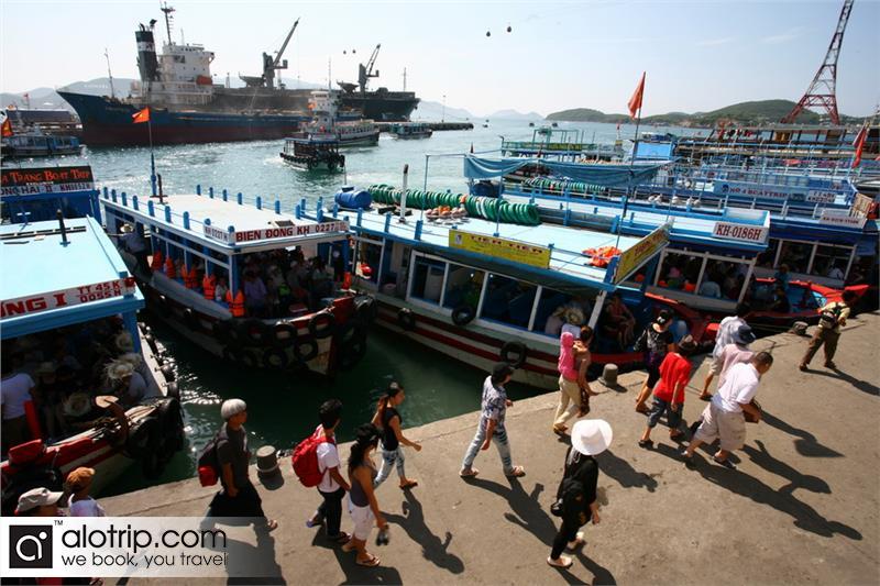 vistors at Cau Da tourist port