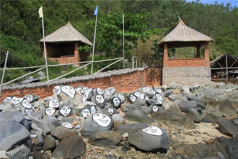 Funny shaped-rocks at Con Se Tre tourist village