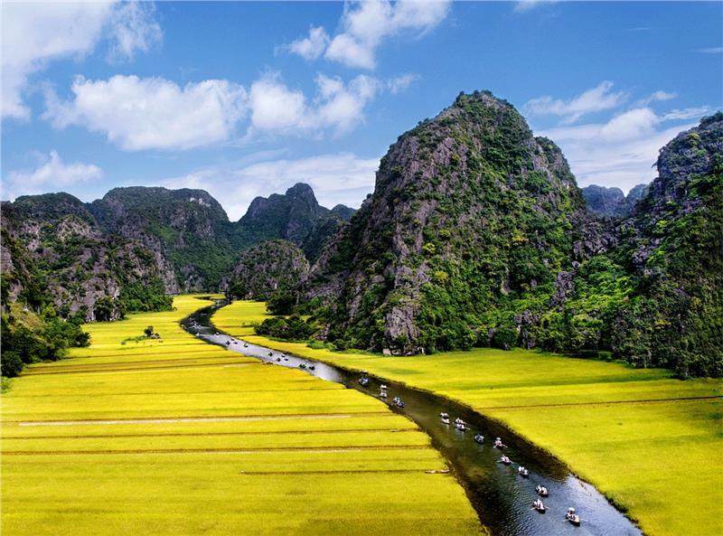 Du khách đắm say với vẻ đẹp hùng vĩ nên thơ của Ninh Bình mùa lúa chín