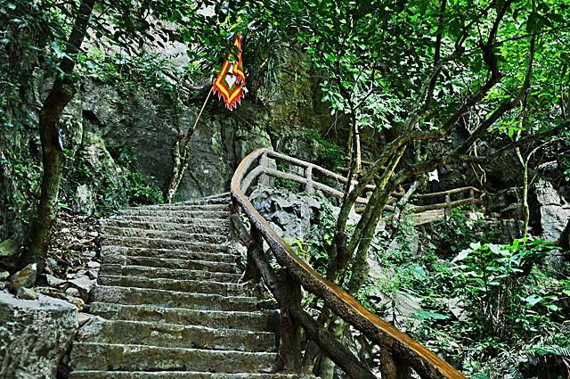 Stairs into Van Trinh Cave