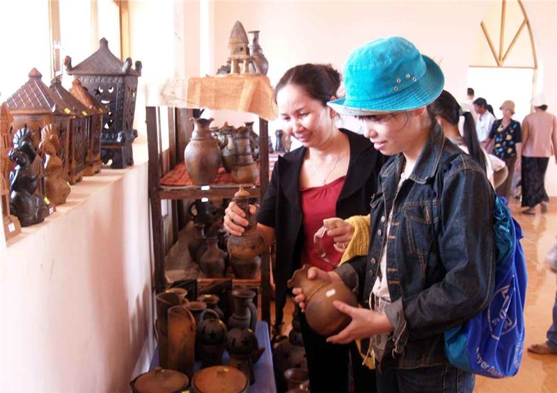 Customers buy Bau Truc ceramics