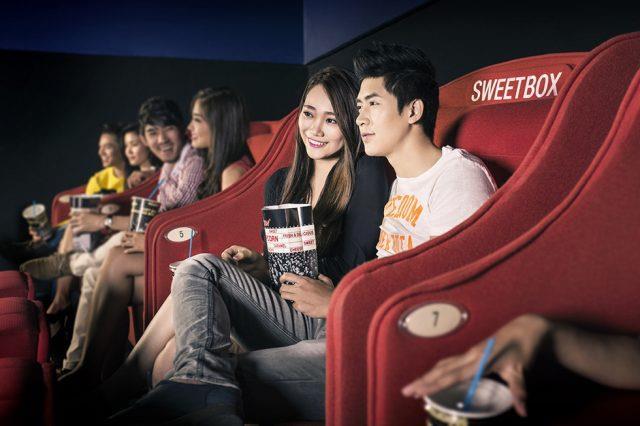 Đi xem phim cùng nhau