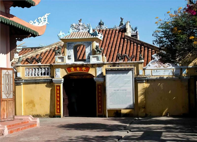 Entrance into Van Thuy Tu Temple