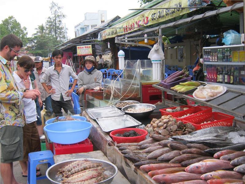 Dinh Cau Night Market - Seafood pavilion
