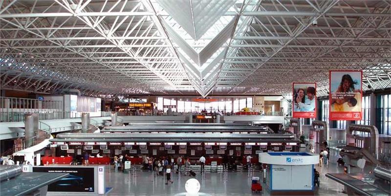 Bên trong nhà ga sân bay