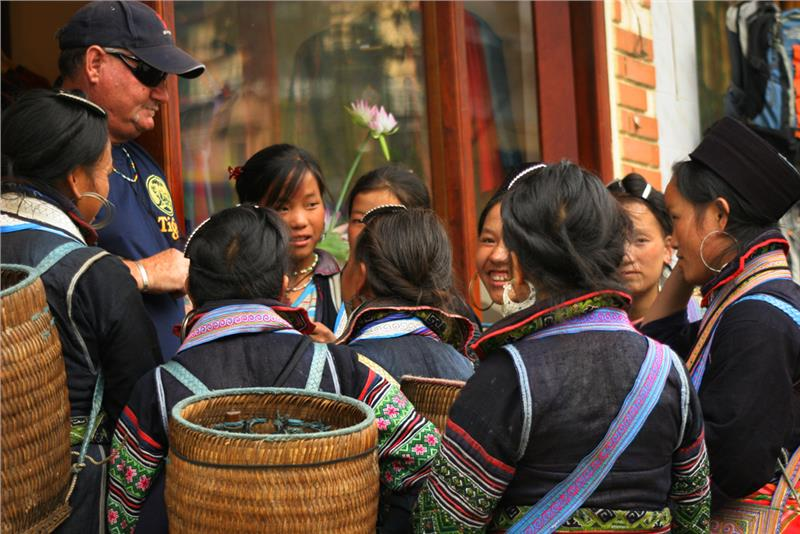 Hmong ladies speak English with a foreigner in Sapa