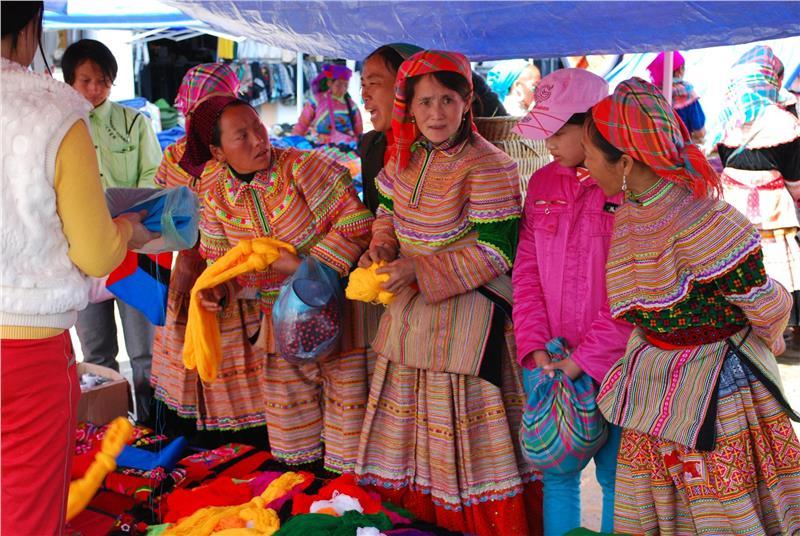Buying yarn - Flower Hmong ladies at Bac Ha Market