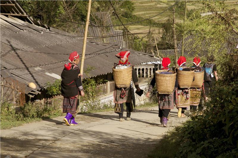 Ta Phin Dzao women accompany