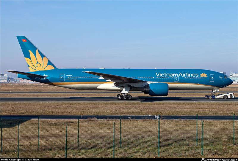Vietnam Airlines Boeing-777-200 with new logo