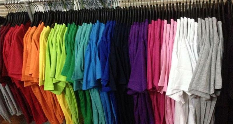 Không nên lựa chọn áo có khẩu hiệu khi đi du lịch nước ngoài