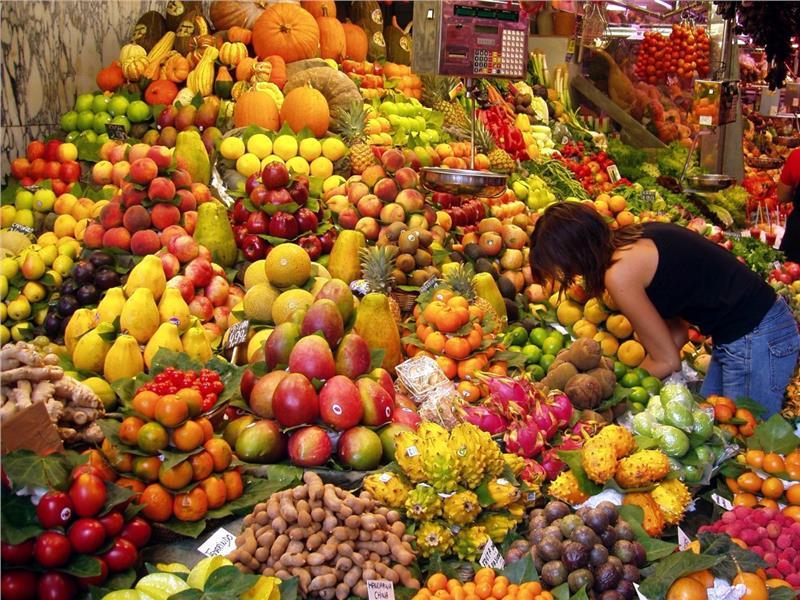 Chọn mua hoa quả ở chợ