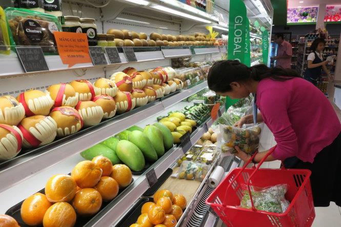 Chọn mua hoa quả ở các siêu thị lớn