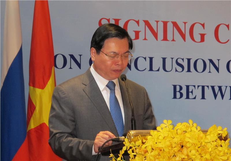 Mr. Vu Huy Hoang speaks at the ceremony