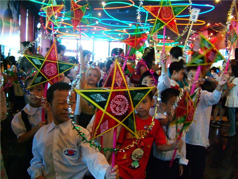 Vietnamese children celebrating Mid-Autumn Festival