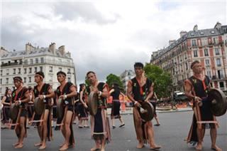 Gong of Central Highlands stirring up Tropical Carnival in Paris