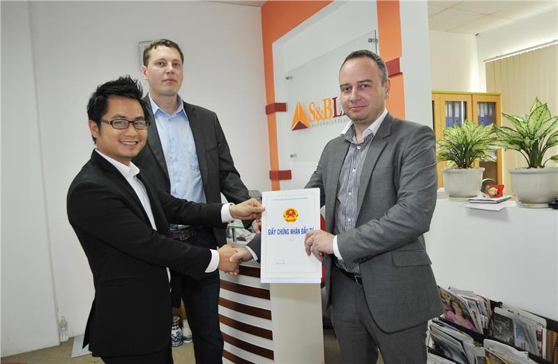 Foreign investor receives certificate of investing in Vietnam