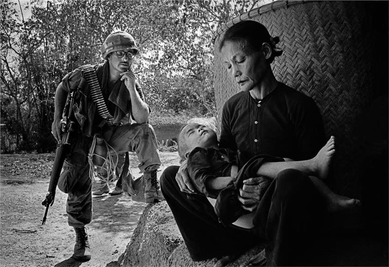 A Vietnamese woman in the attack of US troops