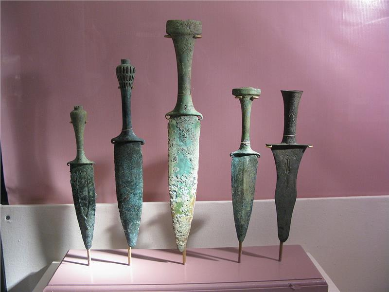 Bronze daggers in Dong Son Culture