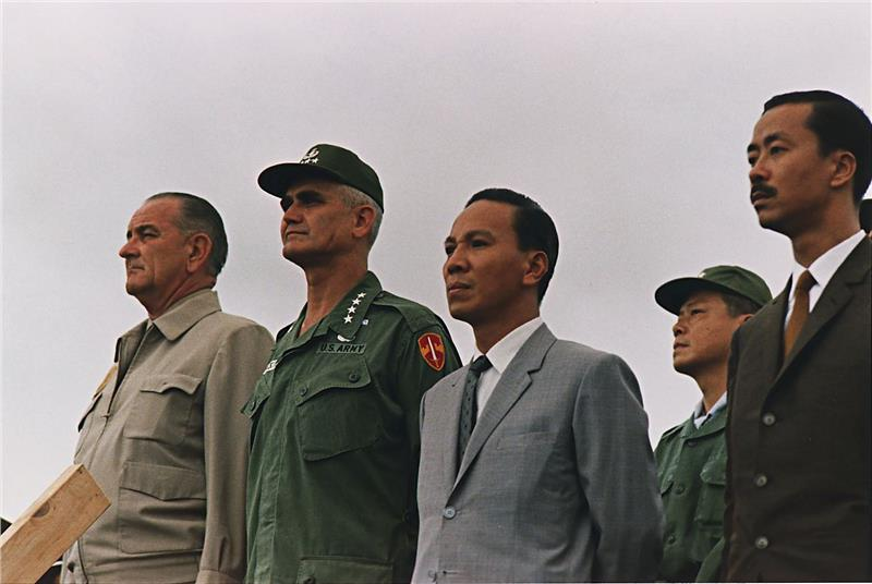 Lieutenant General Nguyen Van Thieu in the middle