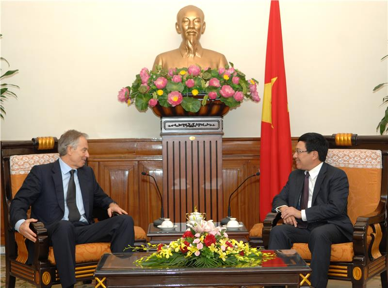 Vietnam Foreign Minister and Mr. Tony Blair have a talk