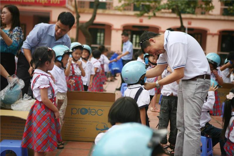 Ford Vietnam present helmets for Vietnamese pupils