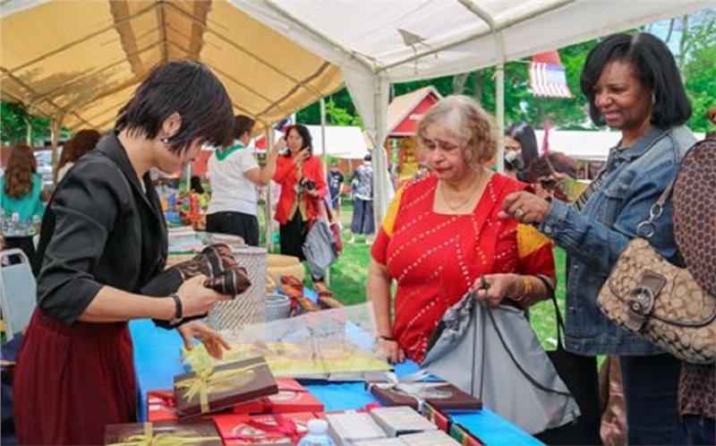 Vietnamese art handicrafts attract tourists